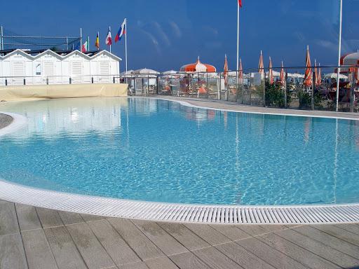Spiaggia con piscina